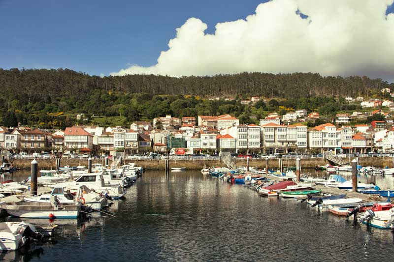 O casco histórico de Muros cingue o porto.